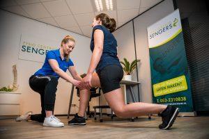 Fysiotherapeut bezig met behandeling in Haaksbergen